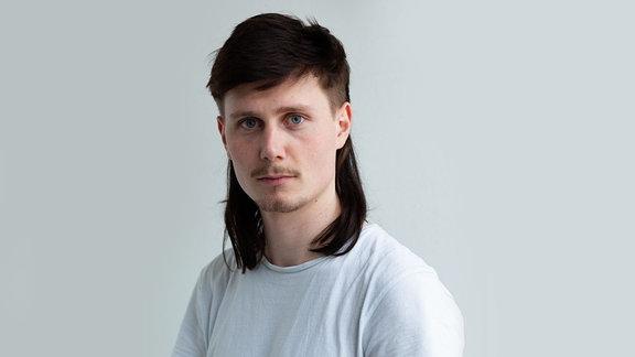 """Moritz Jahn ist nicht nur Schauspieler und hat in der deutschen Erfolgsserie """"Dark"""" mitgespielt, sondern Moritz hat auch eine Band in Berlin. Er schreibt sehr sphärische Popmusik und wird mit uns über seine neue EP sprechen."""