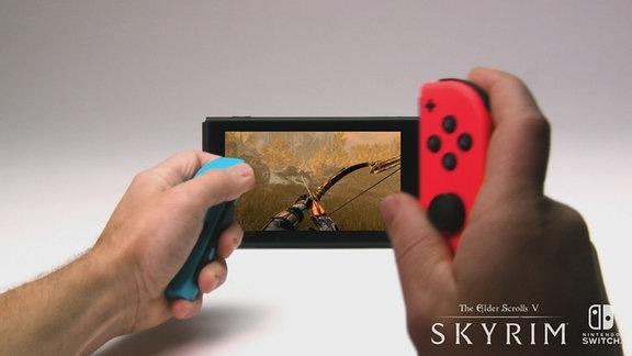 Das Spiel Skyrim wird auf der Konsole Nintendo Switch gespielt.
