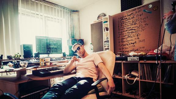 Ein Mann (Nobody's Face) sitzt in einem Studio und zeigt mit dem Zeigefinger in die Kamera.