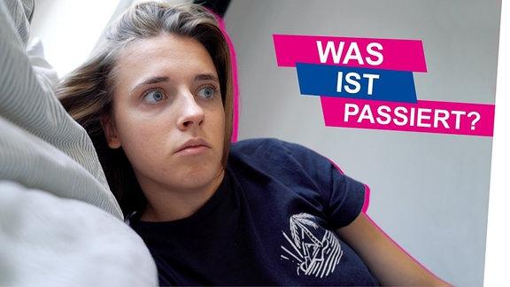 Annika erstaunt im Bett. Darüber der Schriftzug: Was ist passiert?