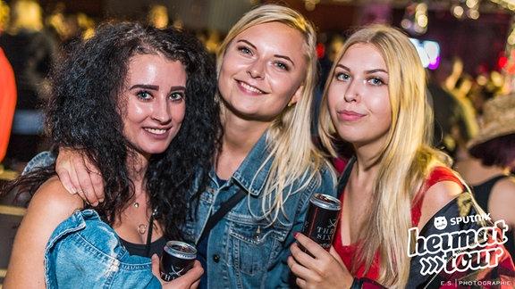 Feiernde Gäste auf der SPUTNIK Heimattour in Aken