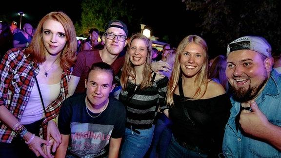 Feiernde Gäste auf der SPUTNIK Heimattour in Edderitz