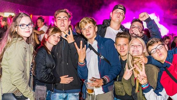Feiernde bei der SPUTNIK Heimattour in Landsberg