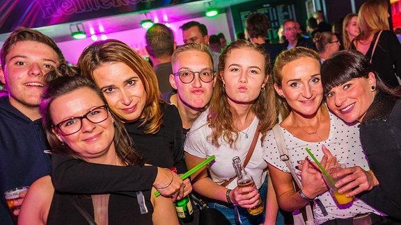 Feiernde Gäste auf der SPUTNIK Heimattour in Naumburg