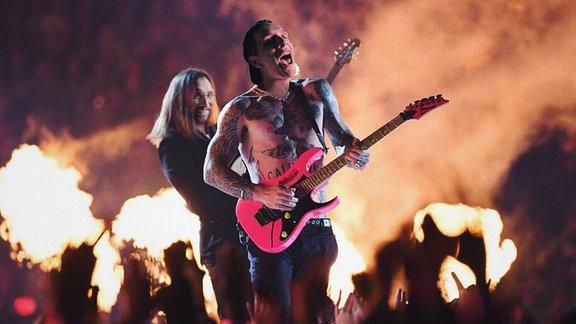Fotomontage von Steffen Israel und Felix Brummer auf den Körper von Maroon 5 beim Super Bowl