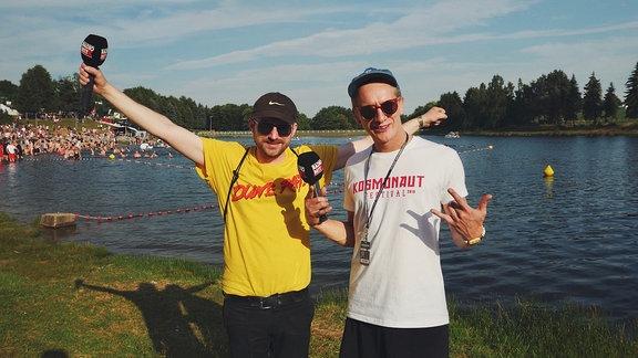 Steffen Israel und Felix Brummer posieren am Festivalstrand Rabenstein.