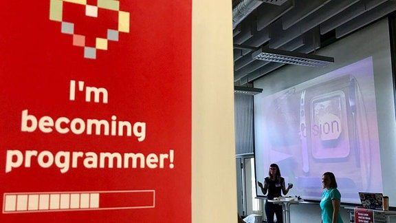 Frauen teilen mit anderen ihre Liebe zum Programmieren
