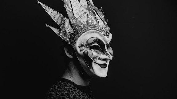 Boris Brejcha in schwarz-weiß und mit Clownsmaske, ready to put some Beats on the Mischpult.