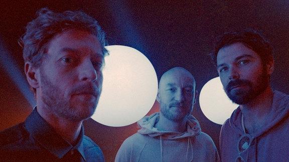 Die drei Member von Biffy Clyro blicken in die Kamera.