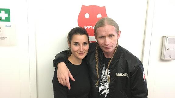 Romano posiert mit SPUTNIKerin Kathi vor dem Studio.