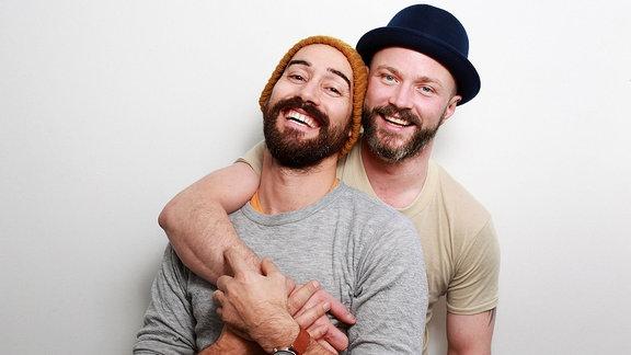 Zwei schwule Männer bei einem Fotoshooting.