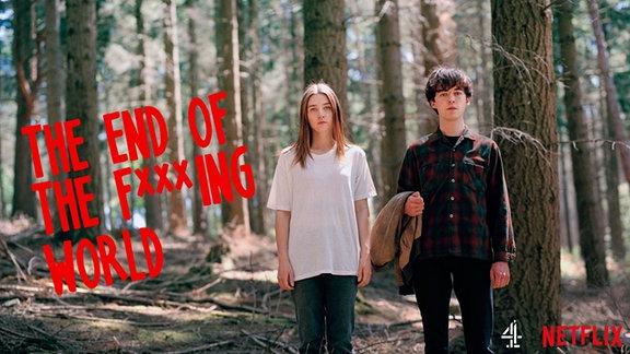 """2 Jugendliche stehen im Wald, daneben der Schriftzug """"The end of the f***ing world"""""""