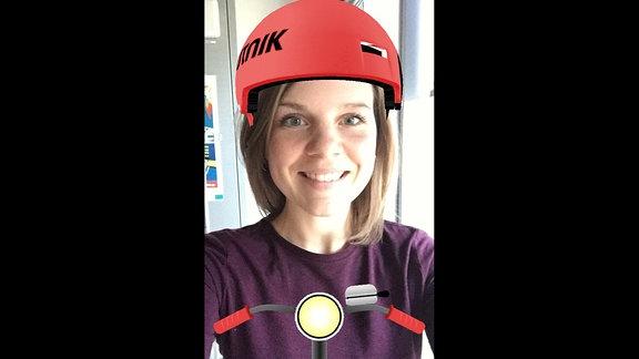 Frau mit SPUTNIK Helm auf dem Kopf.