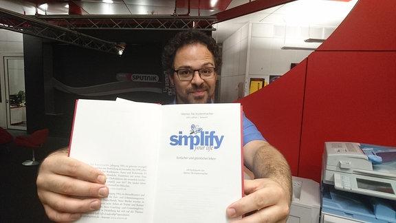 """SPUTNIKer Lars hat sich das Buch """"Simplify Your Life"""" von Tiki Küstenmacher vorgeknöpft"""