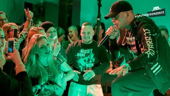 RAF Camora vor dem Publikum beim SPUTNIK Konzert in Halle