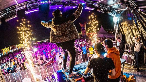 Blick vom DJ Pult auf die Festivalcrowd