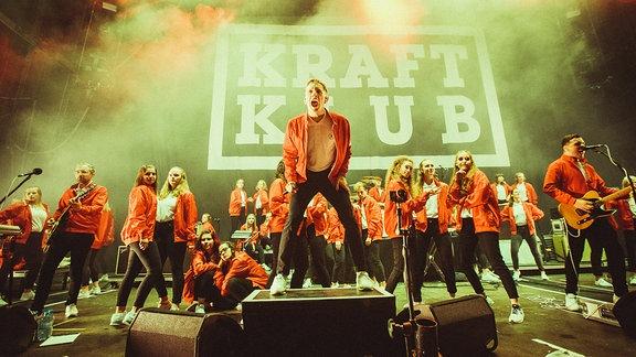 Die Band Kraftklub und Background-Tänzerinnen auf der Hauptbühne des SPUTNIK SPRINGBREAK.