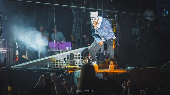 Cro auf der Bühne performend
