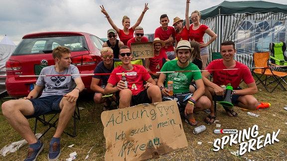 Eine Gruppe Menschen auf dem Zeltplatz vom SPUTNIK SPRINGBREAK