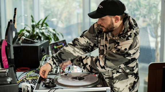 ESKEI83 an den Turntables am grooven.