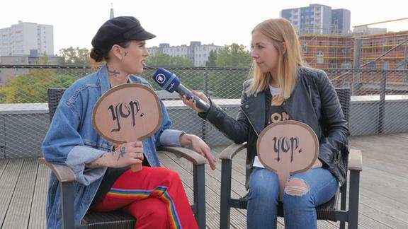 YouTuberin Suzie Grime und Sissy Metzschke sitzen auf einer Terrasse.