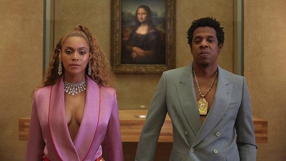 Beyoncé und Jay-Z stehen vor dem Gemälde der Mona Lisa.