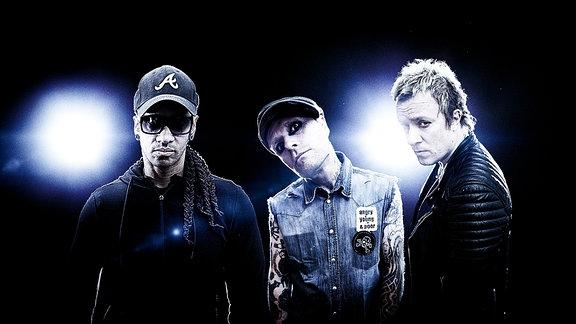 Die Band The Prodigy im Gegenlicht.