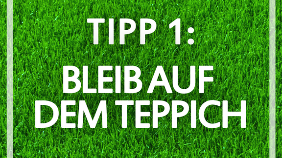 """Grüner Rasen, darauf die Schrift: """"Tipp 1: Bleib auf dem Teppich!"""""""