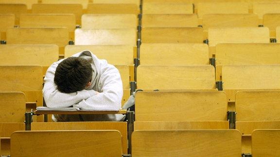 Junger Mann allein im Hörsaal