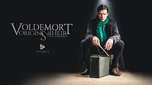 """Ein Junge mit Zauberstab sitzt auf einer Kiste, links daneben der Schriftzug: """"Voldemort - Origins of the Heir"""""""