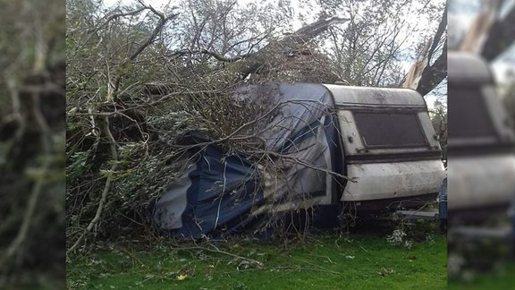 Sturmschäden an einem Campingwagen. Fotografiert von Toni in Dessau.