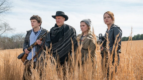 Die vier Protagonisten im genretypisch Kornfeld, mit Shotty und Knifte, im Anblick des untoten Bösen. Letzteres ist aber nicht im Bild.