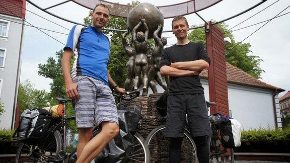 Michael und sein Kumpel Nico vor dem Wikipedia-Denkmal in Slubice (Polen).