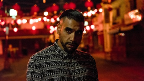 Ali As steht auf einer Straße.