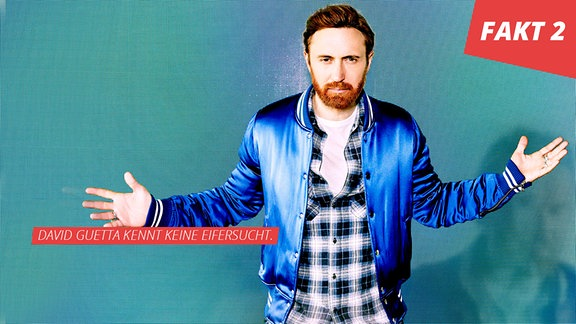 David Guetta, in blauer Bomberjacke