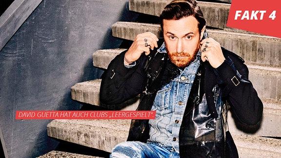 David Guetta sitzt auf einer Betontreppe
