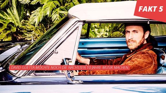 David Guetta sitzt in einem Cabrio mit geschlossenem Verdeck