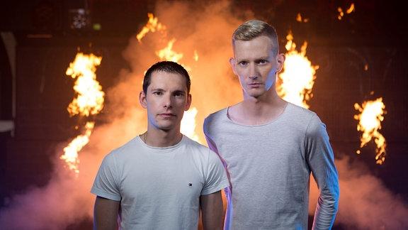 Die Jungs von Gestört aber GeiL vor Flammen