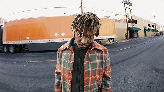 Juice Wrld, Portait in einem Straßenzug vor einem LKW  (Jarad Higgins) US-Rapper