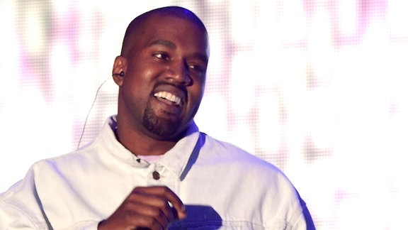 Kanye in weißer Jacke während einer Bühnenperformance beim Coachella Festival in Indio/Californien