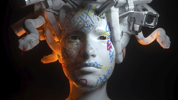 Eine Puppe mit Überwachungskameras auf dem Kopf.