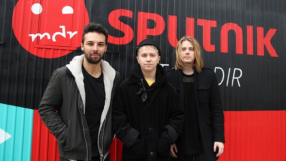 "Conor Mason, Sänger (Mitte), Joe Langridge-Brown, Gitarrist; Dominic Craik, Gitarrist (Links) der englischen Band ""Nothing But Thieves"""