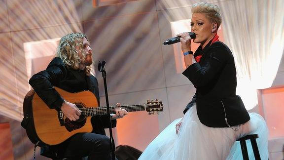 P!nk mit Gitarristen auf der Bühne während eine Konzerts in N.Y.C.