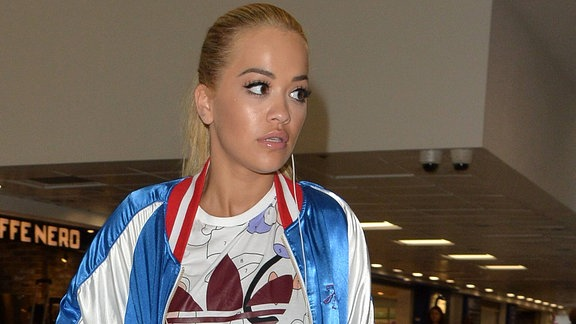 Rita Ora, Schnappschuss im Airport London Heathrow (2016)