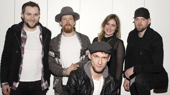 Walking on Cars (alle 5 Bandmitglieder stehen vor einer hellen Wand und gucken in die Kamera)