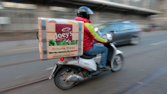 Pizzabote auf einem Motorroller.