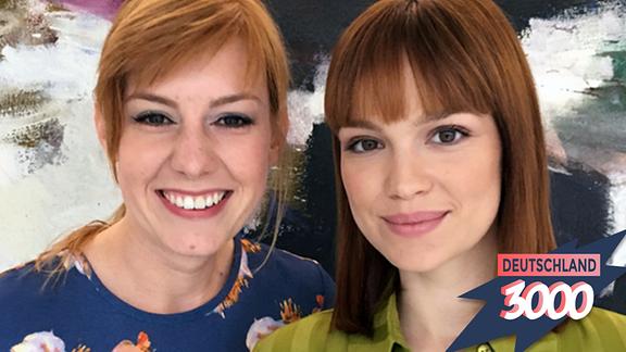 Emilia Schüle links, Host Eva Schulz rechts.