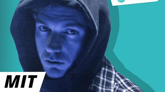 """Steasy, der durch selbstverliebte Punchlines bei Battle-Rap-Turnieren bekannt wurde, klingt auf seinem neuen Album """"Exit"""" eher soft. Wie es zu diesem Wandel kam, erzählt er Lumaraa im Podcast."""