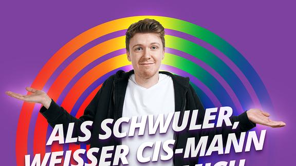 """Pride Host Kai vor lilanem Hintergrund und der Schrift """"Als schwuler weißer Cis-Mann, fühle ich mich priviligiert"""""""