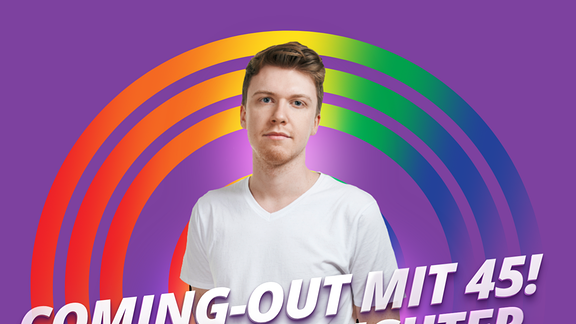 """Host Kai vor lilanem Hintergrund und der Aufschrift """"Mein Haus, meine Familie, mein Coming-Out"""""""